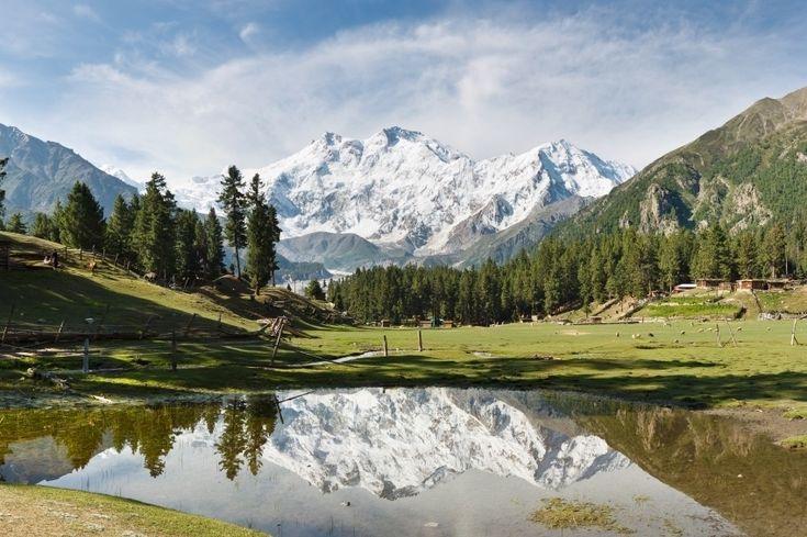 """NANGA PARBAT (PAQUISTÃO): Cortado pela cordilheira do Himalaia, o Paquistão é um país recheado de paisagens fantásticas. Lá estão algumas das mais altas montanhas do mundo, frequentemente cercadas por paisagens que, à primeira vista, parecem pertencer à pacata Suíça. Diversas áreas da nação asiática, porém, se encontram afetadas por conflitos entre o governo local e grupos fundamentalistas islâmicos. """"Há uma grande ameaça de terrorismo, sequestro e violência sectária por todo o Paquistão""""…"""