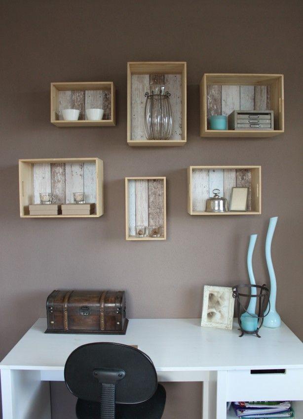 Triplex kistjes van de Xenos kan je ook als opbergers/ boekenkastjes aan de muur hangen. Op de bodem plak je een mooi stukje behang  als blikvanger, en om het op te fleuren.