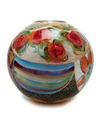 Deze mooie vaas is eigenlijk een kunstwerk! Gespot bij loft16.nl. Wij adviseren hier een witte hoogglans sokkel bij.