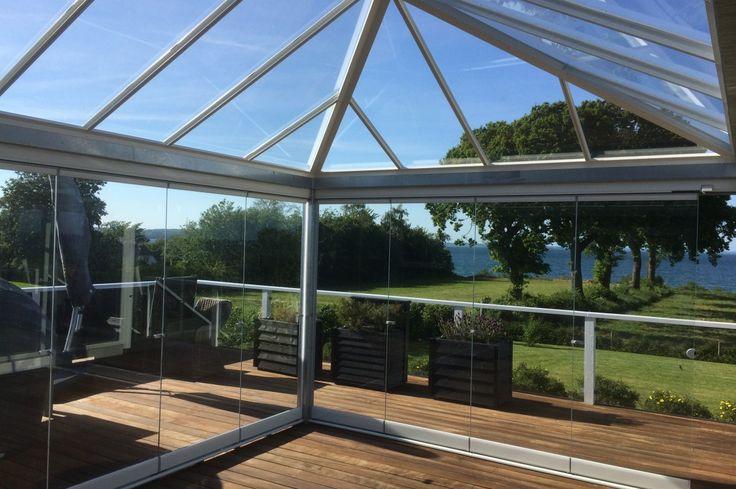 Inddækket terrasse med glastag og foldeglasdøre. #alument #terrasse #indækketterrasse #glas