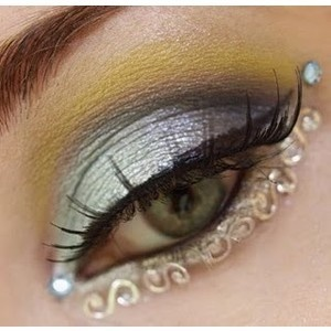 Arab Eye Makeup - love the bling