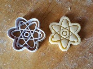 Foremka do wycinania ciastek w kształcie modelu Atomu.