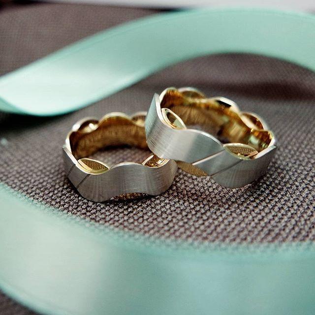 Oryginalna para obrączek ślubnych z dwóch kolorów złota. Falująca linia i delikatne lśnienie - polecamy!
