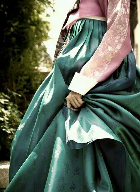 Close Hanbok ,, hmmm Good Looking..  (y)