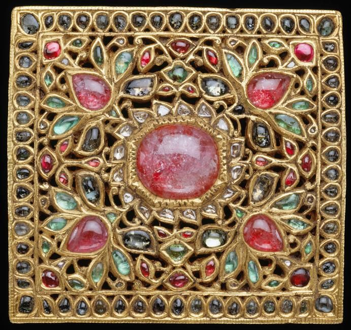 Buckle, late 18th/19th century. Diamonds, emeralds, gold, gold plate, and rubies. Jewels of India Musée Guimet, Paris.