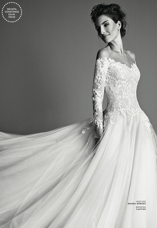Vestido de noiva romântico de renda e tule com decote ombro-a-ombro e manga longa  ( Foto: Ivan Erick | Vestido: Wanda Borges )