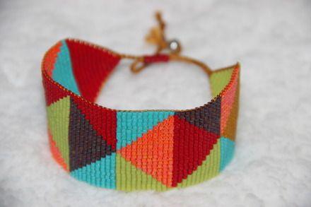 Bracelet manchette multicolore en perles délicas Miyuki, tissées au métier à tisser. Couleurs vives et perles régulières font le charme de ce bracelet, tout comme l'alternan - 10854481