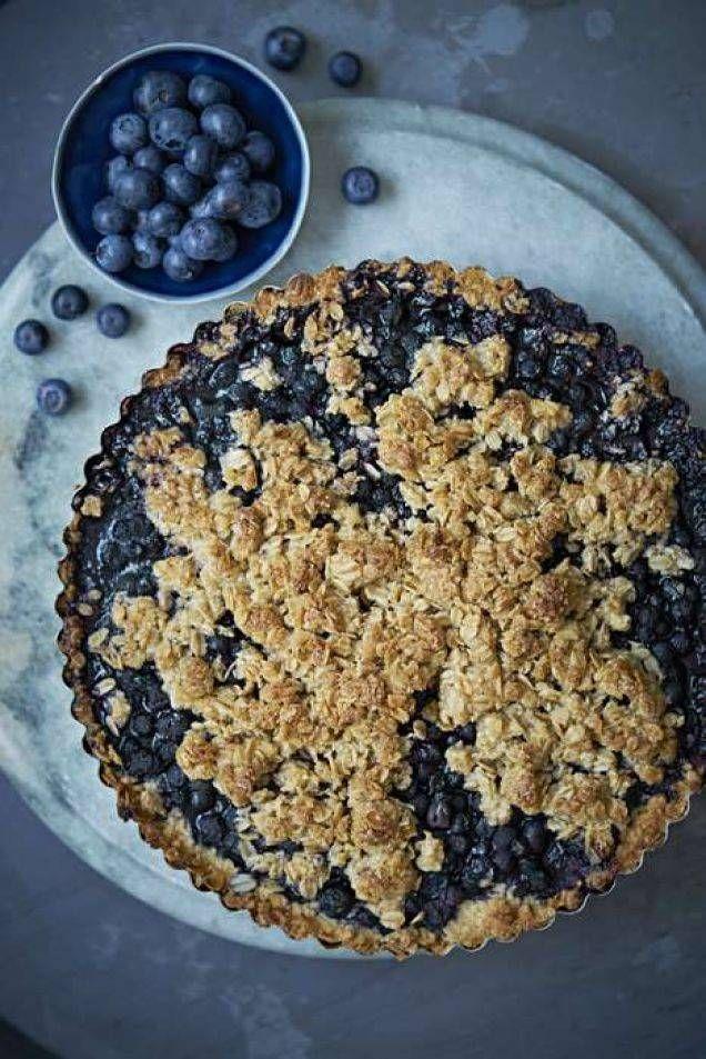 Havregryn, mandelmjöl och bovetemjöl ersätter det vita vetemjölet i denna blåbärspaj. Resultatet? En av de läckraste pajer du smakat.