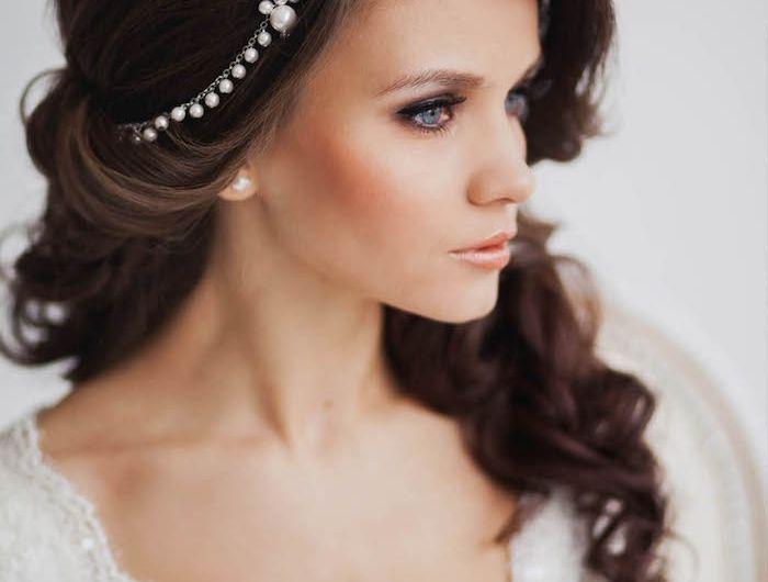 coiffure mariage facile, boucles avec fer à friser, diadème en perles blanches, robe de mariée avec manches en dentelle