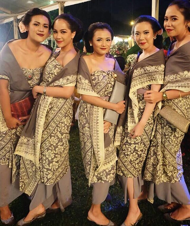 Traditional attire for the bridesmaids? Yes, please! Swooning over the dodot feature in subtle color that creates an elegant vibe. Who loves this as much as we do? Tag your girl squad below!  Photo via @bindanuari