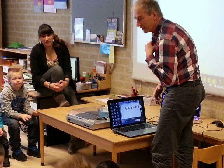 Het #jeelo-project Leren van personen van vroeger. Groep 1-2 leert van opa wat een platenspeler is.