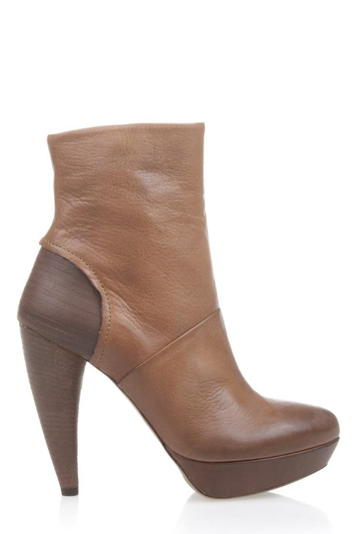 Kuitlaars in bruin leer van het Italiaanse merk Vic Matie. De passie die Vic Matie voor het schoenenvak heeft is goed terug te zien in de prachtige afwerkingen. Zo loopt de ronde hout look hak mooi door tot en met de hiel van de laars. Dit maakt de hak optisch erg lang maar door het plateau wordt de netto hakhoogte ongeveer 2 cm korter. Bestel deze laarzen gemakkelijk via de website van DiCapolavori: www.dicapolavori.com