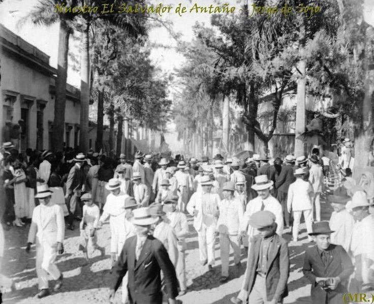 En El Salvador, la moda siempre ha sido influenciada por lo que ocurre en el exterior, pero la información e influencias siempre han llegado con mucho tiempo de retraso. - Rossemberg Rivas
