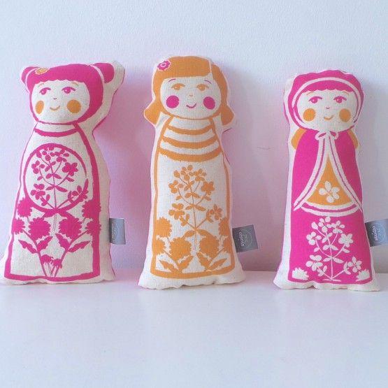 2 x Roze en 1 x Oranjepop om lekker mee te knuffelen of je kamer mee op te fleuren. Deze SuZjes zijn als set van 3 extra voordelig. Leuk als cadeau voor... je (klein)kinderen, je nichtjes, je vriendinnetjes...afmeting per pop:  /- 26*1okleuren: 2x Roze, 1x oranje (poppen zijn alledrie verschillendachterzijde: ...