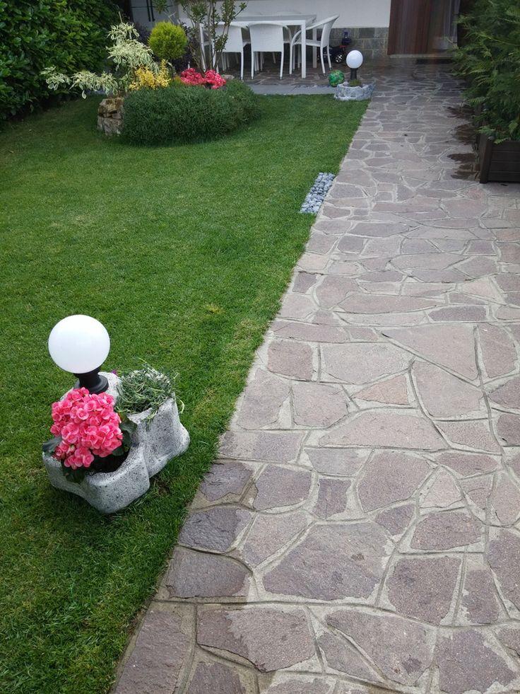 Lampada da giardino con base media in finta roccia, colore: antichizzato. Località: Boltiere (Bergamo).