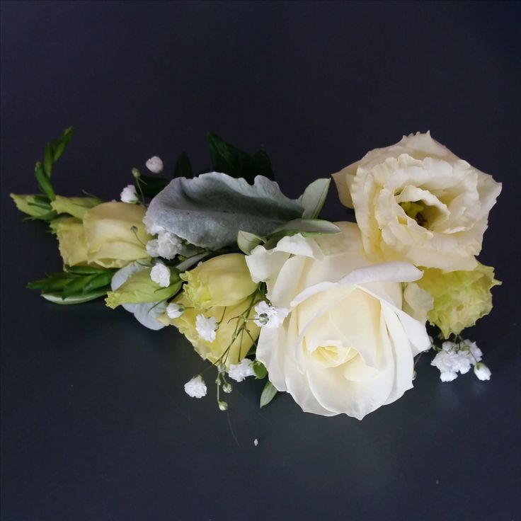 A lovely hair decoration to match the bridal bouquet in cream and white.