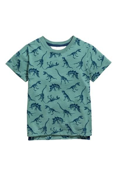 Een T-shirt van zacht, licht onregelmatig tricot met een print. Het model heeft een geribde halsboord en zijsplitten.
