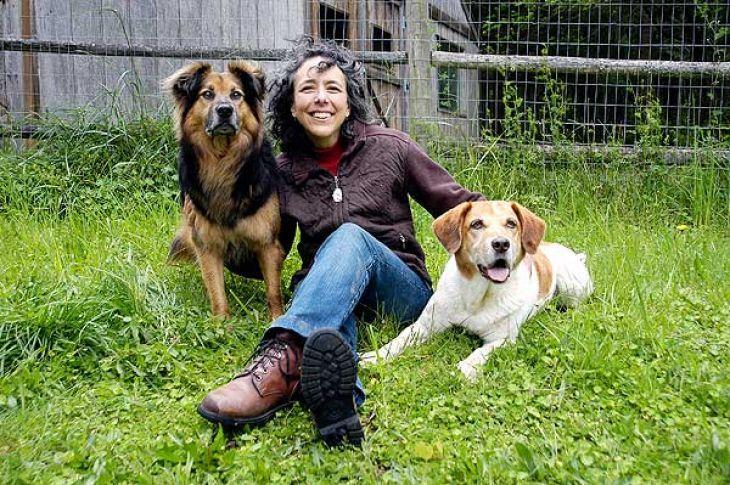 """Kathy vyvracia jeden z najnebezpečnejších mýtov dnešného sveta psov – že pes nesmie nič dostať zadarmo, pokiaľ si to nejakým spôsobom """"nezaslúži"""". Viac o Kathy Sdao v článku:"""