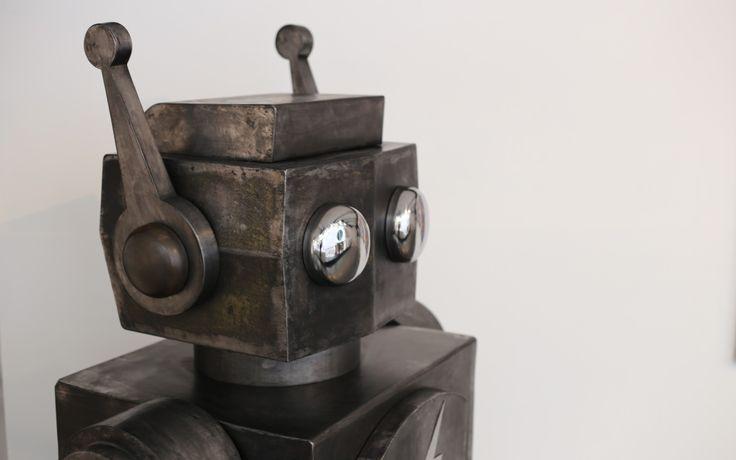 W.I.P c'est son petit nom  de Robot. Ce robot d'1 mètre 60 est entièrement réalisé en acier. Plus de photos de lui dans ce tableau.
