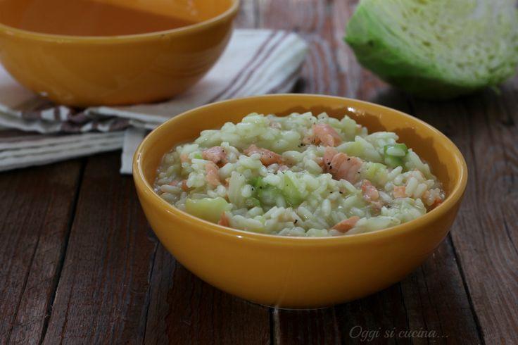 Ilrisotto alla verza e salmone affumicatoè un primo piatto gustoso ma delicato, una ricetta semplice da preparare e senza burro.