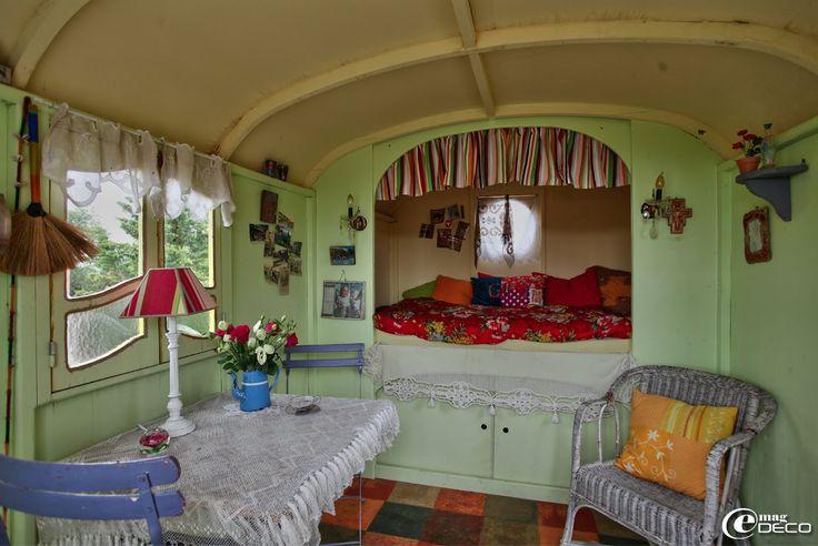 L'intérieur coloré d'une roulotte à Saint-Quentin-la-Poterie