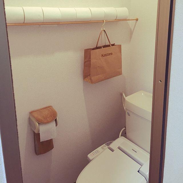 女性で、1DKの紙袋はサニタリー入れ/賃貸/狭いトイレ/トイレットペーパーのストック/一人暮らし…などについてのインテリア実例を紹介。「トイレットペーパーストッカーを買うか‥ボックスを買ってその中に入れるか‥悩んだ挙句、使い道なく余ってたつっぱり棒でこんな風にしてみました(=゚ω゚) 床がすっきりしてなかなか満足^_^」(この写真は 2016-06-07 17:15:33 に共有されました)