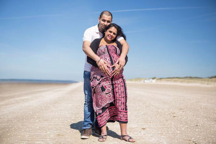 Zwangerschap fotoshoot. fotoshoot op het strand. fotograaf Hellevoetsluis