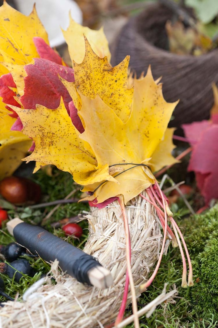 Blomsterverkstad: Use maple leaves on your autumn wreath.