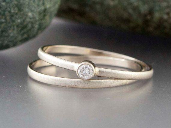 Ik maak deze bridal set uit massief gerecycled 14 k wit goud (niet bekleed of gevuld) en de top met een diamant van één bezel set 2.5mm (.06 ct). Elke diamant heeft een rating van de duidelijkheid van I2 en kleur rating van GHI-convo me voor andere afmetingen of kwaliteiten. Mooi genoeg om te worden van een verloving of belofte ring; het is slim en dus het zal gaan met iets ondergewaardeerd.  Deze aanbieding is voor twee (2) ringen tot een maat 9. Ook beschikbaar afzonderlijk.  De monster…
