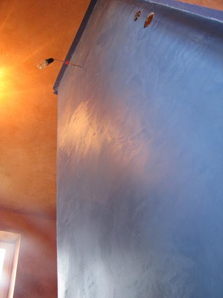 perfekcyjnie wykonany Tadelakt w łazience - detal http://swiatloicien.com.pl/ Materiał: http://www.dom-z-natury.pl/tynk_tadelakt.html