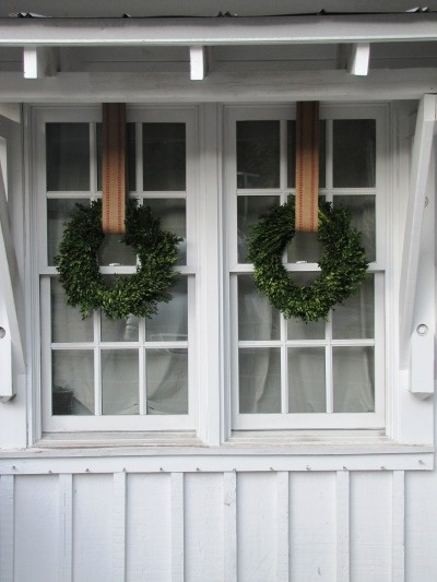 .: Christmasdecor, Christmas Wreaths, Window, Burlap Ribbons, Christmas Decor, Boxwood Wreaths, Simple Wreaths, Holidays Wreaths, Front Porches