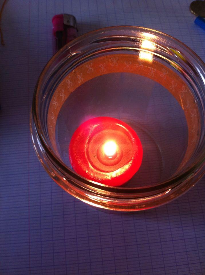 """À Noël🎄, les bougies ne doivent pas manquer... Celle ci est une """"Yankee Candle"""" et elle s'appelle """"Black Cherry"""". Elle sent vraiment très très bon et elle est moins cher que celle en pot. J'ai pris un récipient en verre et je l'ai mise dedans.  Prix: environ 2€ 😊"""