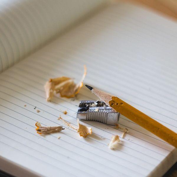 Hierbij acht schrijfopdrachten die de fantasie van kinderen prikkelen. Daarbij komen verschillende soorten teksten voorbij zoals een brief en een gedicht.