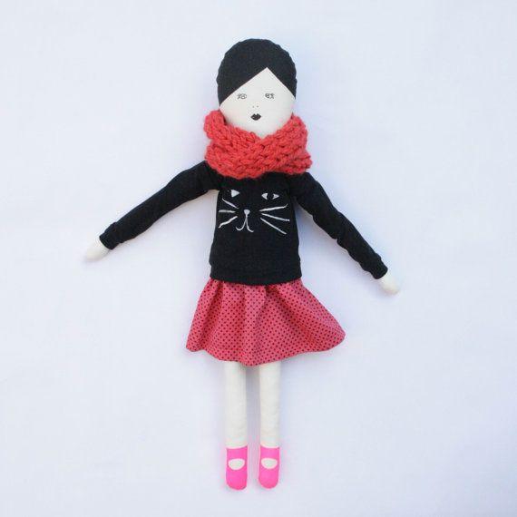Katja è una bambola fatta a mano in cotone serigrafati in nero e neon rosa. Lei è vestita in un maglione di gatto nero, una gonna rosa/rosso con