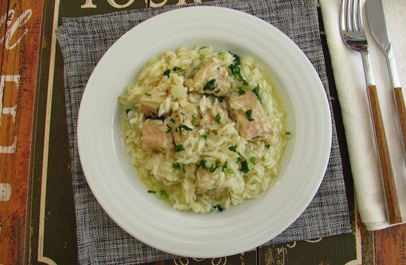A quick and easy recipe to prepare, chicken breasts cut into pieces seasoned with salt, garlics and lemon, stewed in olive oil, onion, bay leaf...