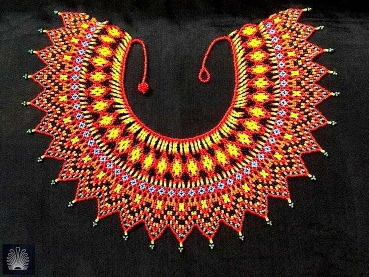 Collar hippie, en forma de sol, rojos y amarillos. Combinar como total protagonista.