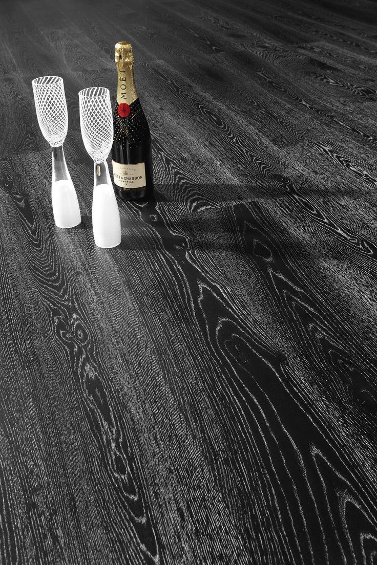 Parchetul din lemn de stejar Black Fade inspira eleganta, naturalete si rafinament. Aspectul unic al suprafetei se datoreaza suprafetei tratate cu ulei alb, subliniind fibrele naturale ale lemnului, fiecare piesa fiind unica. Culoarea ii permite asocierea cu diferite tipuri de  mobilier.