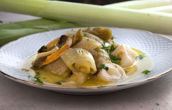 Από τη μια η γλύκα του μαγειρεμένου πράσου και του κρεμμυδιού, από την άλλη η αχνή πίκρα και ξινάδα από τις ροδέλες λεμονιού που σιγομαγειρεύονται με τα υπόλοιπα υλικά. Στο βάθος, το χαρακτηριστικό άρωμα του σέλινου. Το θεσπέσιο αποτέλεσμα αποδεικνύει πως το καλό φαγητό δεν είναι κατ' ανάγκη κοστοβόρο. Τη συνταγή μαγείρεψε ο μοναχός Επιφάνιος.