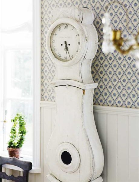 don't be afraid to paint a clock - 55 Cool Shabby Chic Decorating Ideas | Shelterness