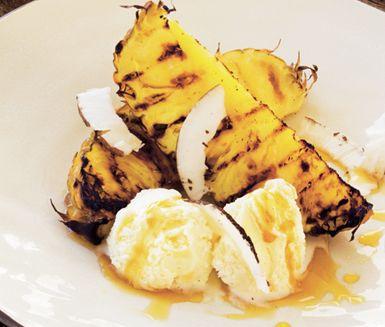 Grillad ananas med glass och lönnsirap är en svindlande god dessert. Ananas går utmärkt att grilla och smaken höjs ytterligare vid servering med kokos- eller vaniljglass och varm lönnsirap.