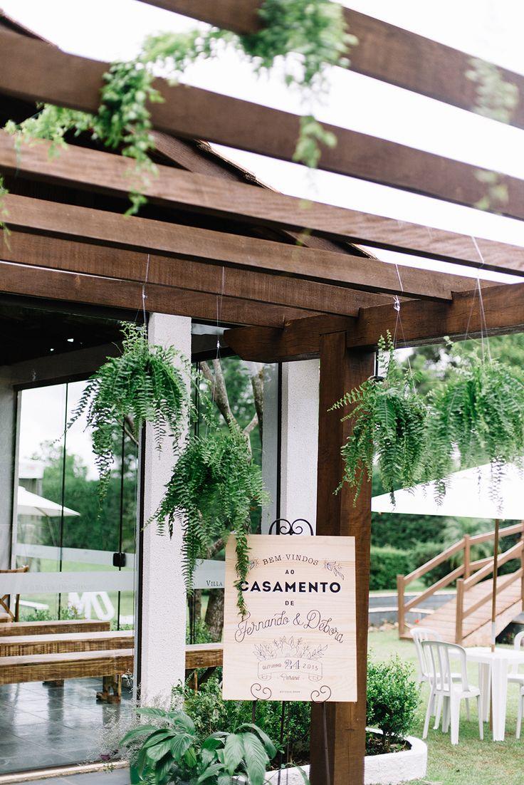 Placa de madeira na entrada do casamento.