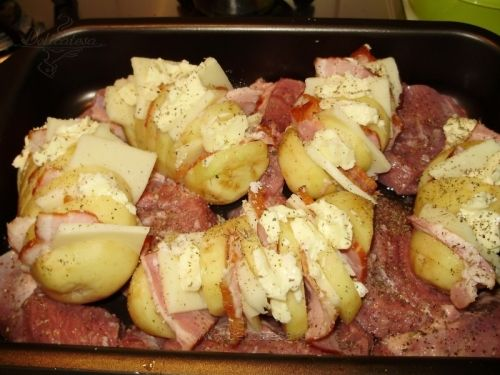 Cartofii se curăţă şi se taie în formă de evantai. În fiecare tăietură se pune o felie de kaizer, o felie de caşcaval şi 1-2 cubuleţe de unt. Se unge o tavă cu ulei, se pune pulpa de curcan tăiată în bucăţi, iar printre bucăţile de carne se aşează cartofii cu crestăturile în…