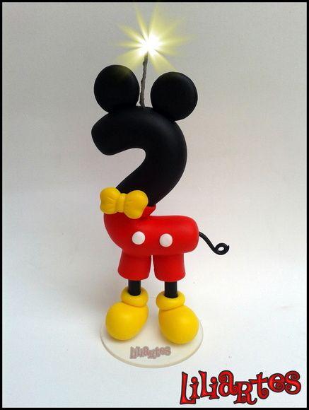 Vela modelada em biscuit para compor enfeites de bolo inspirado no personagem da Disney : Mickey . Contém pavio mágico (apaga e ascende novamente). **Pode ter bracinhos ou não, de acordo com sua preferência.   **Contém 1 pavio mágico removível e base acrílica.  **Também faço projetos personalizados com o tema, cores e detalhes que você escolher. R$ 35,00