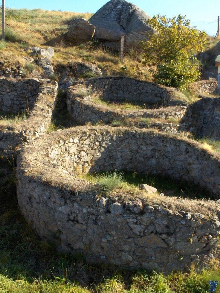 Castro de Castromao (Ourense) Castro de Castromao - Rutas con Historia www.rutasconhistoria.es/loc/yacimiento-celta-de-castromao El yacimiento arqueológico de Castromao se sitúa en un monte sobre el lugar de Santa María de Castromao. A unos dos kilometros de la Villa de Celanova.
