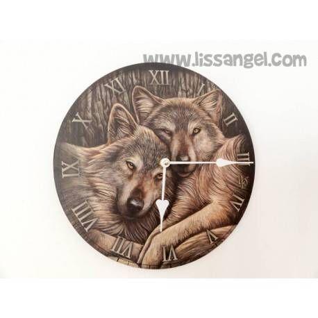 """Hasta los #animales más salvajes tienen su lado tierno. En este #reloj de pared, fabricado en MDF, podemos ver el estampado de una bonita pareja de #lobos descansando.  Reloj de pared de animales ideal para decorar tu hogar con esta bonita inspiración de lobos. El mecanismo funciona con una pila """"AA"""" no incluida.  Diametro del reloj 30. #lobo"""