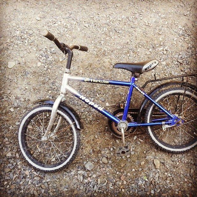 کلمه: دوچرخه. توضیح: چیزی که دو تا چرخ دارد و سوارش می شویم. مثال: این دوچرخه خیلی کوچیکه.  #zangefarsi #learnpersian www.zangefarsi.com