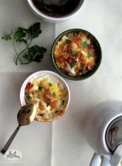 Яйца запеченные  с овощами на завтрак. Ингредиенты: • 2 помидора • ½ цукини • ½ болгарского перца • 4 яйца • Базилик • Петрушка • Морская соль • Черный перец • Сливочное масло/топленное • Сыр (желательно твердый).  #foodphotography, #chtoelalena, #delish, #healthyfood, #healthychoices, #foodblogger, #зож, #здоровоепитание