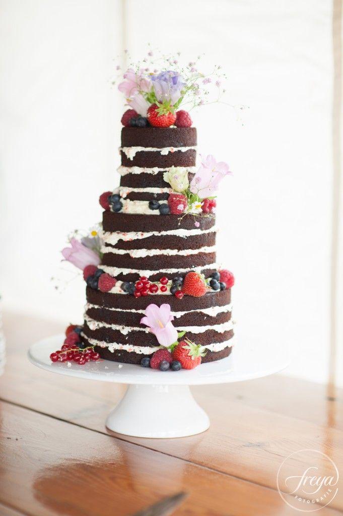 Naked cake met bloemen en vruchten door La mia torta uit Edam