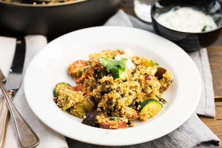 Recept voor quinoa voor 4 personen. Met zout, olijfolie, peper, quinoa, feta, braadworst, courgette, aubergine, tomaat, koriander, munt, tzaziki, ui en groene olijven
