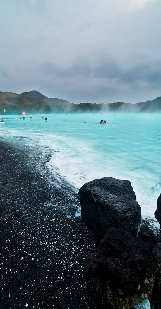 Where we will be our first day/night in Iceland. Mmm... geothermalicious. The Blue Lagoon, Iceland. Este fue el mejor baño y de los mejores momentos de mi vida,en julio de 2011.
